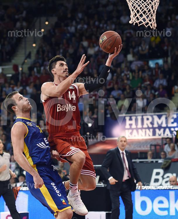 Basketball 1. Bundesliga 2015/2016  02.10.2015 1. Spieltag FC Bayern Muenchen - EWE Baskets Oldenburg Nihad Dedovic (Mitte, FC Bayern Muenchen) gegen Dennis Kramer (li, Oldenburg)