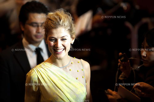 Rosamund Pike, Jan 09, 2013 : 2013, January 9th, Tokyo, Japan: Rosamund Pike appears at the Japan Premiere for ''Jack Reacher'' in Tokyo International Form on Wednesday 9th January 2013. Rosamund Pike is visiting to promote his latest movie Jack Reacher entitled Outlaw for the Japanese market. Cruise flew in on a private jet but this didn't stop many fans and press making it there to greet him. As ever he was all smiles with the Japanese media and remains very popular here. (Photo by Yumeto Yamazaki/Nippon News)