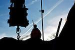 UTRECHT - In het centrum van Utrecht werken medewerkers van D. van der Steen in opdracht van de gemeente aan de aanleg van een diepriool. Vanuit diepe bouwkuipen die zijn opgebouwd uit door Sterk aangebrachte diepwanden, wordt een nieuw rioolstelsel aangelegd dat nodig is omdat het water terug komt in de Catharijnesingel. De betonnen tunnelbak die in de jaren zeventig op de plaats kwam van de gedempte singel moet verdwijnen en naar verwachting zal de hoeveelheid oppervlaktewater in het gebied toenemen van 1,8 ha tot 4,1 ha. Na het uit de grond halen van de ruim duizend ondersteuningspalen van de tunnelbak, zullen nieuwe kades worden gebouwd die met een hoogte van +1,15 meter NAP een waterkerende functie krijgen. De oude 500 meter lange hoofdafvoerroute van de gemengde riolering wordt vervangen door een 1000 meter lang diepriool aan de westzijde van de Catharijnesingel. Tijdens graafwerkzaamheden aan het nieuwe riool zijn ruim een half jaar geleden de resten van een Middeleeuwse rivieraak gevonden. Het acht meter lange en bijna tweeënhalve meter brede schip voer tussen 500 en 1000 jaar na Christus, op een oude restgeul van de Rijn. Op dezelfde plek waar tot voorheen de korste snelweg van Europa lag, moeten over enkele jaren weer rondvaartboten en plezierjachten varen en aanleggen bij muziekpaleis Vredenburg en gezellige terrasjes bij Hoog Catharijne. COPYRIGHT TON BORSBOOM