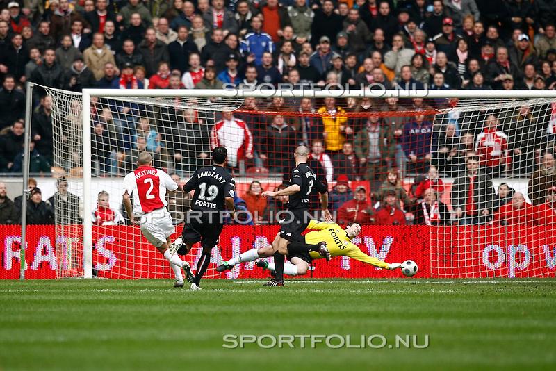 Nederland, Amsterdam, 03 februari 2008.Eredivisie.Seizoen 2007-2008.Ajax-Feyenoord (3-0).John Heitinga scoort  de 1-0 (l). keeper Henk Timmer (r) van Feyenoord strekt zich uit maar komt er niet aan te pas