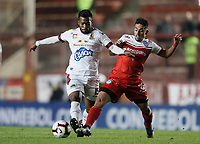 BUENOS AIRES-ARGENTINA: 23-05-2019: Fausto Montero de Argentinos Juniors (ARG) y Luis Narváez de Deportes Tolima (COL), disputan el balón durante partido de ida, entre Argentinos Juniors (ARG) y Deportes Tolima (COL), por la Copa Conmebol Sudamericana 2019 en el Estadio Diego Armando Maradona de la ciudad de Buenos Aires. / Fausto Montero of Argentinos Juniors (ARG), and Luis Narvaez of Deportes Tolima (COL), figth for the ball during a match between Argentinos Juniors (ARG) and Deportes Tolima (COL) of the first leg, for Copa Conmebol Sudamericana 2019 at the Diego Armando Maradona stadium in Buenos Aires City. Photo: VizzorImage / Javier García Martino / Cont. / Photogamma