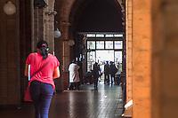 SÃO PAULO, SP, 14.10.2015- SANTA-CASA - A Santa Casa de São Paulo, maior hospital filantrópico da América Latina e que passa pela pior crise financeira de sua história, iniciou nesta terça o processo de demissão de 1.397 funcionários -cerca de 12% da equipe que atuava na instituição, entre eles 184 médicos. A decisão foi tomada após reunião com o Ministério Público do Trabalho (MPT) e 13 sindicatos do setor, inclusive o Sindicato dos Médicos de São Paulo (Simesp). (Foto: Renato Mendes/ Brazil Photo Press)