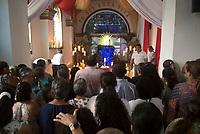 GINEBRA - COLOMBIA: 18-04-2018. Feligreses es visto durante el jueves santo en la población de Ginebra, Valle del Cauca, Colombia, de la semana santa para los cristianos. /  Parishioners are seen during the holy thursday in  the town of Ginebra, Valle del Cauca, Colombia as part of Easter Week to the Christians.  Photo: VizzorImage / Gabriel Aponte / Staff