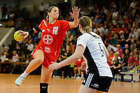 links Laura Steinbach (TSV) wirft gegen rechts Kim Birke (VFL)