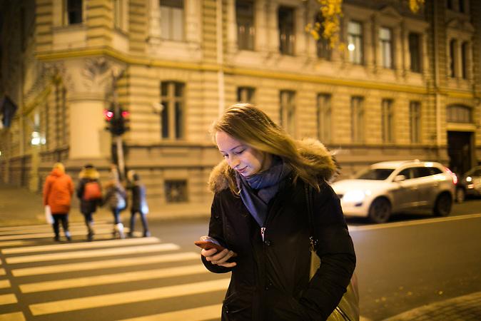 Marija Jepifanowa auf einer Stra&szlig;e in Riga. Maria ist Journalistin und nach Riga gezogen, um f&uuml;r die baltische Ausgabe der Nowaja Gazeta zu arbeiten. Die oppositionelle Zeitung kann sich keine eigenen Redaktionsr&auml;ume in Riga leisten, deshalb ist Jepifanowas Schreibtisch in ihrer Altbauwohnung gleichzeitig ihr Arbeitsplatz.<br /> <br /> Seit einigen Jahren wandern vermehrt Russen in das benachbarte Lettland aus - derzeit sind 50.000 russische Staatsb&uuml;rger in Besitz einer st&auml;ndigen Aufenthaltsgenehmigung in dem baltischen Land.<br /> Seitdem Lettland 2004 Teil der Europ&auml;ischen Union ist, sind etwa zehn Prozent der Letten emigriert. In der Hauptstadt Riga bieten sich f&uuml;r junge Zuwanderer besonders auch beruflich aussichtsvolle Perspektiven.