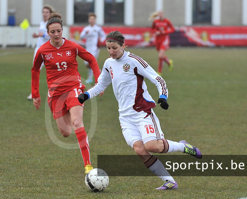 Switzerland U19 - Russia U19 : Elina Samoilova aan de bal voor Sabrina Ribeaud (links).foto DAVID CATRY / Nikonpro.be