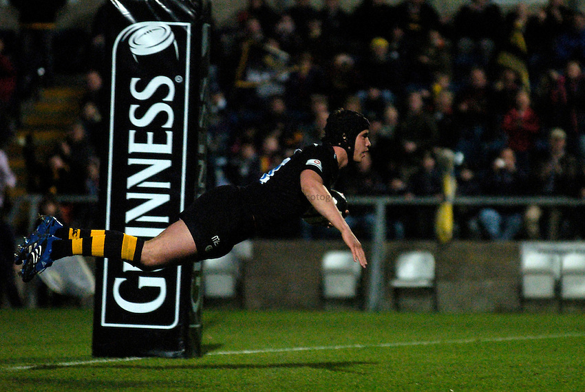 Photo: Richard Lane..London Wasps v Bath Rugby. Guinness Premiership. 12/11/2006. .Wasps' Danny Cipriani dives in for a try.