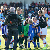 20191027 - Boreham Wood: Manchester City's goal keeper Ellie Roebuck (left in green) and Arsenal's Jordan Nobbs  (left in black) are pictured during the line up at the Barclays FA Women's Super League match between Arsenal Women and Manchester City Women on October 27, 2019 at Boreham Wood FC, England. PHOTO:  SPORTPIX.BE | SEVIL OKTEM