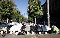 Musulmani prendono parte alla preghiera dell'Eid-al-Fitr per celebrare la fine del Ramadan, in piazza Vittorio, Roma, 10 settembre 2010Muslims prostrate on the ground during the Eid-al-Fitr prayer marking the fasting month of Ramadan, in Rome, 10 september 2010. .UPDATE IMAGES PRESS/Riccardo De Luca