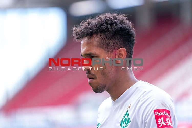 Theodor Gebre Selassie (Werder Bremen #23) Verletzung / verletzt / Schmerzen Blut am Ohr<br /> <br /> <br /> Sport: nphgm001: Fussball: 1. Bundesliga: Saison 19/20: 33. Spieltag: 1. FSV Mainz 05 vs SV Werder Bremen 20.06.2020<br /> <br /> Foto: gumzmedia/nordphoto/POOL <br /> <br /> DFL regulations prohibit any use of photographs as image sequences and/or quasi-video.<br /> EDITORIAL USE ONLY<br /> National and international News-Agencies OUT.