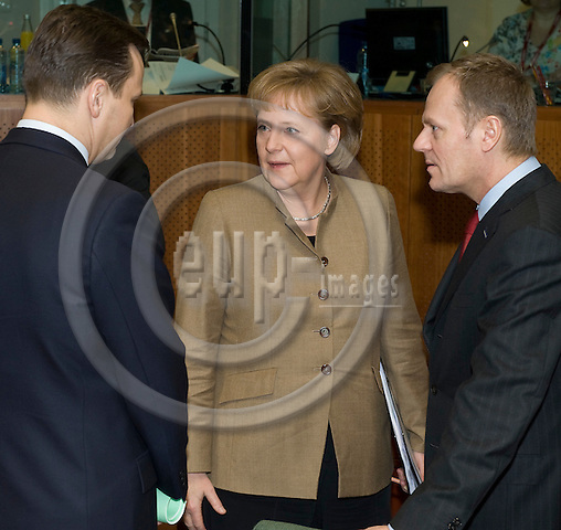 Brussels-Belgium - 20 March 2009 -- European Council, EU-spring-summit under Czech Presidency; here, Angela MERKEL (ce), Federal Chancellor of Germany, with Radoslaw SIKORSKI (le), Minister for Foreign Affairs of Poland, and Donald TUSK (ri), Prime Minister of Poland -- Photo: Horst Wagner / eup-images