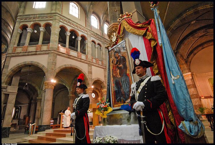 Festeggiamenti 2007 per la Madonna di Ripalta nel quartiere di Barriera di Milano. Processione dalla Chiesa Regina della Pace in corso Giulio Cesare.