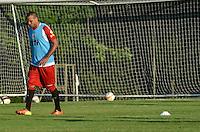 SAO PAULO, 03 DE MAIO DE 2013 - TREINO SAO PAULO - O jogador Luis Fabiano durante treino do São Paulo, no CT da Barra Funda, na tarde desta sexta feira, 03, região oeste da capital. (FOTO: ALEXANDRE MOREIRA / BRAZIL PHOTO PRESS)