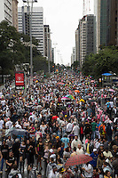 SAO PAULO, SP, 02 JUNHO 2013 - PARADA DO ORGULHO GLBT - Publico lota avenida  Paulista antes do inicio da  17 Parada do Orgulho LGBT na Avenida Paulista, na tarde deste domingo, 02. (FOTO: ADRIANA SPACA/ BRAZIL PHOTO PRESS).