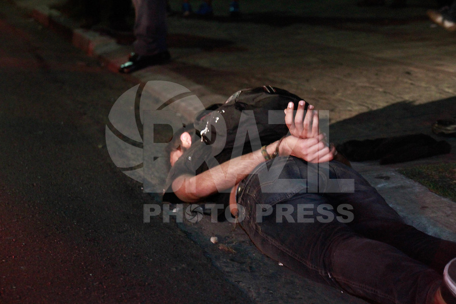 SAO PAULO, SP, 07.09.2013 - PROTESTO 7 DE SETEMBRO SP - Manifestante é detido na Av Consolação Zona Sul da capital paulista, neste sábado, 7 de Setembro.(Foto: Marcelo Brammer / Brazil Photo Press).
