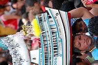pagadores de promessa levam objetos por uma graça alcançada durante a Procissão do  Círio de Nassa Senhora de Nazaré, que acontece a a mais de 200 anos na cidade de Belém e leva as ruas mais de um milhão e meio de romeiros. No meio a berlinda que leva a imagem da santa.<br />Belém Pará Brasil.<br />10/10/2004.<br />Foto Paulo Santos/Interfoto Cirio de Nazaré 2004