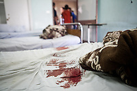 Une t&acirc;che de sang sur un lit de l'h&ocirc;pital de Nasr City suite au shooting sur les supporters du president Morsi &agrave; Nasr City. <br /> <br /> A blood stain on a hospital bed Nasr City after the shooting on supporters of President Morsi.