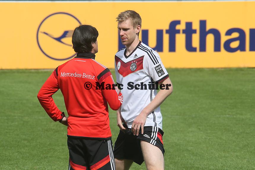 Bundestrainer Joachim Löw mit Per Mertesacker - Training der Deutschen Nationalmannschaft  zur WM-Vorbereitung in St. Martin