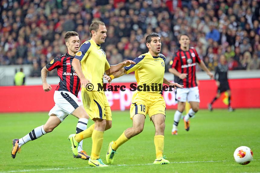 Mane und Eytan Tibi (Tel Aviv) klaeren gegen Vaclav Kadlec (Eintracht) - Eintracht Frankfurt vs. Macabi Tel Aviv, Europa League 3. Spieltag