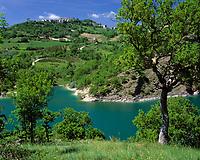 ITA, Italien, Marken, Dorf Fiegni am Lago di Fiastra | ITA, Italy, Marche, village Fiegni at Lago di Fiastra