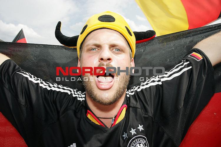 FIFA WM 2006 -  Fan Fest Nuernberg<br /> <br /> Volksfestplatz (ca. 25 000 Zuschauer)<br /> <br /> <br /> <br /> Deutschland - Ecuador<br /> <br /> <br /> <br /> Deutscher Fan singt die Nationalhymne<br /> <br /> <br /> <br /> Foto: nordphoto