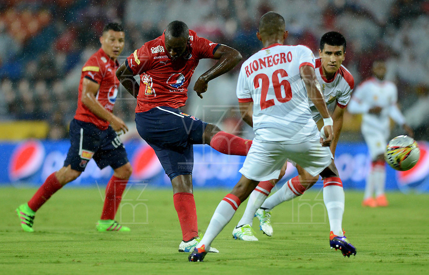 MEDELLIN - COLOMBIA -24 -04-2016: Juan Caicedo (Izq.) jugador de Deportivo Independiente Medellin disputa el balón con Fabio Rodriguez (Der.) jugador de Rionegro Aguilas, durante partido entre Deportivo Independiente Medellin y Rionegro Aguilas, por la fecha 14 de la Liga Aguila I 2016, en el estadio Atanasio Girardot de la ciudad de Medellin. / Juan Caicedo (L) player of Deportivo Independiente Medellin fights for the ball with Fabio Rodriguez (R) player of Rionegro Aguilas, during a match between Deportivo Independiente Medellin and Rionegro Aguilas, for the date 14 of the Liga Aguila 1I 2016 at the Atanasio Girardot stadium in Medellin city. Photos: VizzorImage  / Leon Monsalve / Cont.