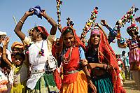 INDIA Madhya Pradesh Khargone , tribal farmer of cooperative Shiv Krishi Utthan Sanstha at cultural event / INDIEN Madhya Pradesh Khargone , Adivasi der Kooperative Shiv Krishi Utthan Sanstha auf einem Fest, die Kooperative von Adivasi Farmern vermarktet fair trade und Biobaumwolle