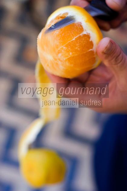 Afrique/Afrique du Nord/Maroc/Rabat: Hotel - Maison d'Hote Villa Mandarine - epluchage des oranges pour préparer la salade d'oranges aux dates