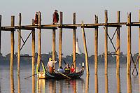Myanmar, (Burma), Mandalay-Division, Amarapura, bei Mandalay: U Bein's Bridge with tourist boats on Taungthaman Lake | Myanmar (Birma), Mandalay-Division, Amarapura, bei Mandalay: U Bein's Bridge mit Touristenboot auf dem Taungthaman Lake