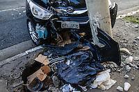 SAO PAULO, SP, 17 DE AGOSTO 2012 - ACIDENTE AUTO X POSTE - Colisao entre automovel e poste na tarde dessa sexta-feira, 17 no bairro do Analia Franco regiao leste da capital paulista. FOTO: VANESSA CARVALHO - BRAZIL PHOTO PRESS