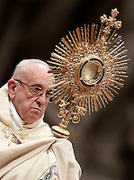 Papa Francesco innalza l'ostensorio durante i Primi Vespri e Te Deum in ringraziamento per l'anno trascorso, nella Basilica di San Pietro, Citta' del Vaticano, 31 dicembre 2016.<br /> Pope Francis holds a monstrance as he celebrates the new year's eve Vespers and Te Deum prayer in Saint Peter's Basilica at the Vatican, on December 31, 2016.<br /> UPDATE IMAGES PRESS/Isabella Bonotto<br /> <br /> STRICTLY ONLY FOR EDITORIAL USE
