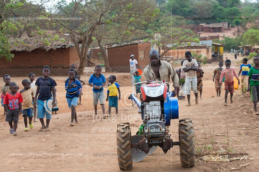 MALAWI, Lilongwe, hand tractor training for small scale  farmer / MALAWI, Lilongwe, GIZ Projekt gruene Innovationszentren, Handtraktor Training fuer Kleinbauern im Dorf