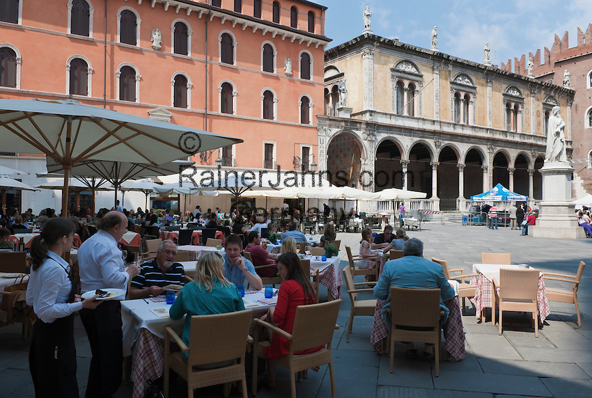 Italy, Veneto, Province Capital Verona: Restaurants at Piazza dei Signori | Italien, Venetien, Provinzhauptstadt Verona: Restaurants auf der Piazza dei Signori