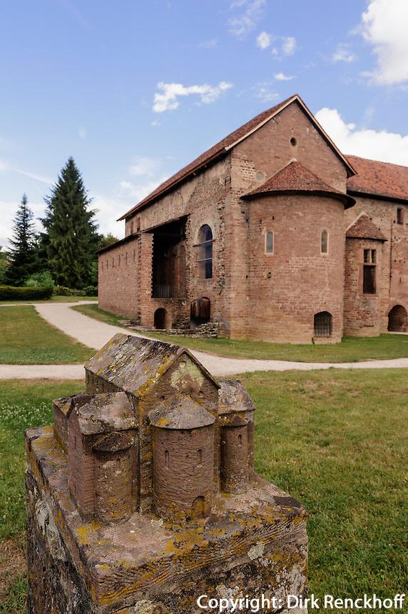 karolinische Einhardsbasilika von 827, Michelstadt-Steinbach im Odenwald, Hessen, Deutschland, vor der Kirche Modell der ursprünglichen Kirche
