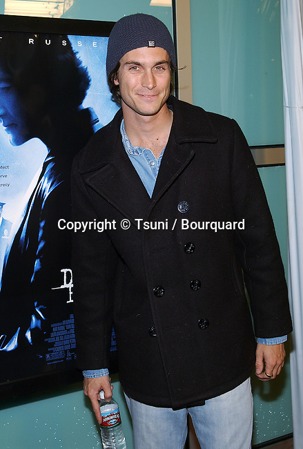 "Oliver Hudson arriving at the "" DARK BLUE PREMIERE "" at the Arclight Theatre in Los Angeles. February 12, 2003          -            HudsonOliver07.jpg"
