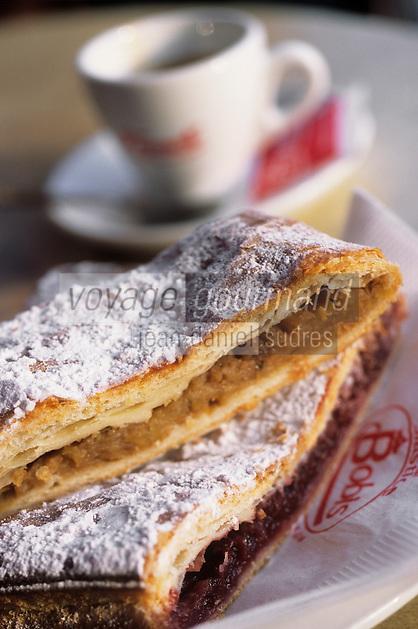 Europe/Croatie/Dalmatie/ Split: Feuilleté aux pommes  à la terrasse d'un café