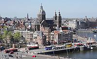 Nederland - Amsterdam-  21 april 2018. Bussen op de Prins Hendrikkade.   Foto Berlinda van Dam / Hollandse Hoogte