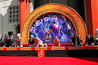 Kevin Feige, Chris Hemsworth, Chris Evans, Robert Downey Jr., Scarlett Johansson, Mark Ruffalo und Jeremy Renner bei der Hand and Footprints Ceremony der 'Avengers: Endgame'- Darsteller am TCL Chinese Theatre Hollywood. Los Angeles, 23.04.2019