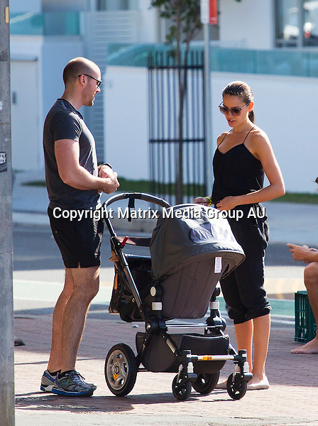 26 MAY 2014 SYDNEY AUSTRALIA<br /> <br /> EXCLUSIVE PICTURES <br /> <br /> Rachael Finch pictured with her husband Michael Miziner enjoying a leisurely walk with her buff brother and baby Violet at Bondi Beach followed by a bit of brunch at Cafe Bondi.
