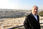 Benjamin Netanyahu, Israel's opposition leader and prominent candidate for PM, during an election tour in Olive Mt., east Jerusalem, backdropped by Dome of the Rock, Monday, February 2, 2009 (Photo by Ahikam Seri).