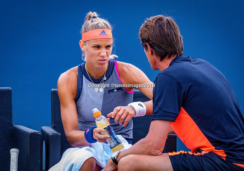Den Bosch, Netherlands, 11 June, 2018, Tennis, Libema Open, Arantxa Rus (NED) asks for her coach Paul Haarhuis<br /> Photo: Henk Koster/tennisimages.com