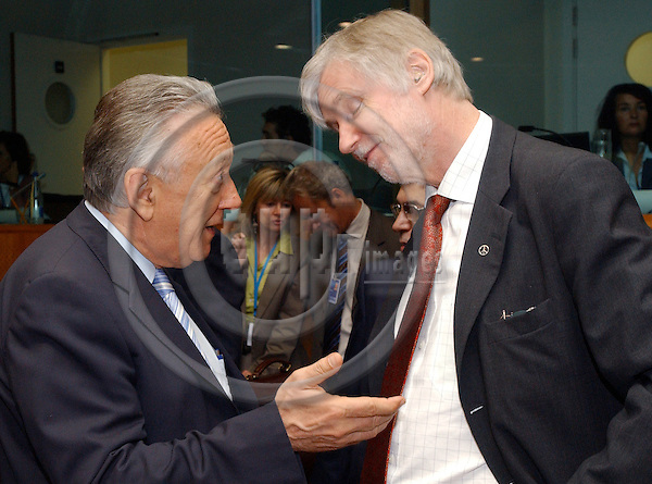 Brussels-Belgium - September 13, 2004---European Foreign Ministers meet on General Affairs and External Relations at the 'Justus Lipsius', seat of the Council of the European Union in Brussels; here,  László KOVÁCS (Laszlo Kovacs) (le), Minister for Foreign Affairs of Hungary, with Erkki TUOMIOJA (ri), Minister for Foreign Affairs of Finland---Photo: Horst Wagner/eup-images