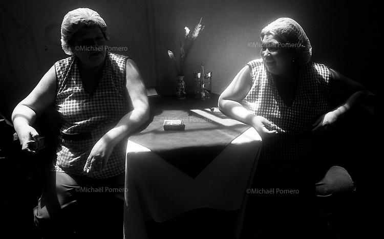 01.2010 Valparaiso (Chile)<br /> <br /> Femmes travaillant dans un restaurant pendant leur pose.<br /> <br /> Women working in a restaurant during their break.