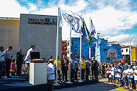 RIO DE JANEIRO, RJ, 15 AGOSTO 2012 - VISITA DA BANDEIRA OLIIMPICA AO COMPLEXO DO ALEMAO- O Governador Sergio Cabral hasteando a Bandeira Olimpica, o Vice Governador Pezao e Carlos Arthus Nuzman, Presidente do COI na cerimonia de visitacao da Bandeira Olimpica no Complexo do Alemao em Bonsucesso zona nortedo Rio de Janeiro.(FOTO:MARCELO FONSECA / BRAZIL PHOTO PRESS).