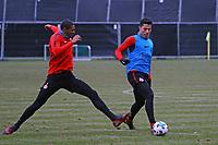 Makoto Hasebe (Eintracht Frankfurt) gegen Sebastien Haller (Eintracht Frankfurt) - 05.12.2017: Eintracht Frankfurt Training, Commerzbank Arena