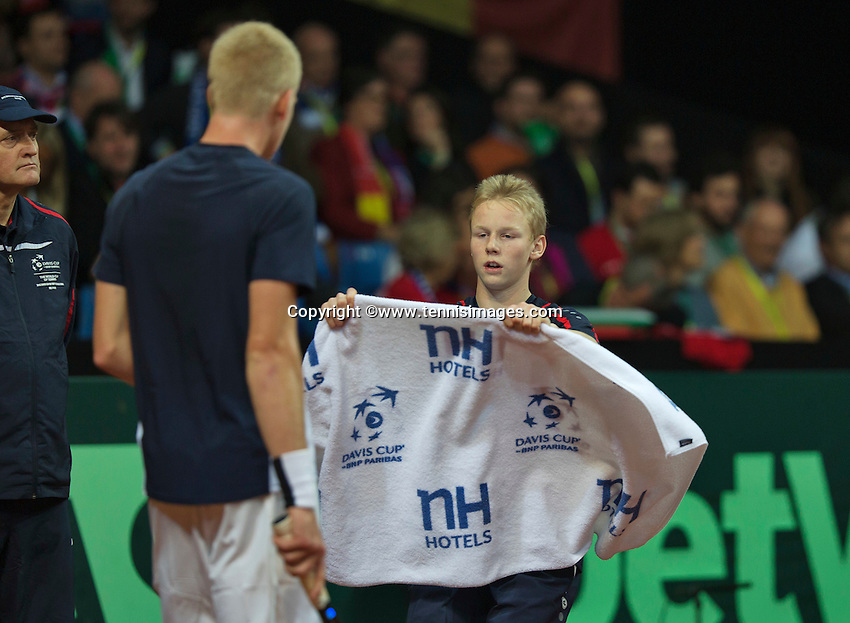 Gent, Belgium, November 27, 2015, Davis Cup Final, Belgium-Great Britain, Kyle Edmund (GBR) gets a towel from a ballboy<br /> Photo: Tennisimages/Henk Koster