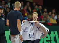 Gent, Belgium, November 27, 2015, Davis Cup Final, Belgium-Great Britain, Kyle Edmund (GBR) gets a towel from a ballboy<br /> Photo: Tennisimages/Henk Koster