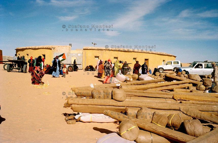 Febbraio 2012.The Saharawi refugee camp El Aayun.Distribuzione di tende da parte di un ONG del Belgio