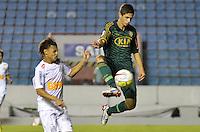 ATENÇÃO EDITOR: FOTO EMBARGADA PARA VEÍCULOS INTERNACIONAIS - BARUERI, SP, 22 DE JANEIRO DE 2013 - COPA SÃO PAULO DE FUTEBOL JUNIOR - PALMEIRAS x SANTOS: Bruno Dybal (d) durante partida Palmeiras x Santos, válida pela semifinal da Copa São Paulo de Futebol Junior, disputado na Arena Barueri. FOTO: LEVI BIANCO - BRAZIL PHOTO PRESS