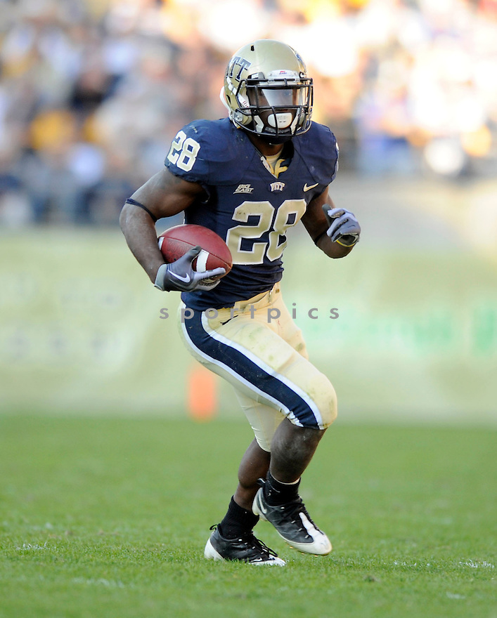 DION LEWIS, of the Pittsburgh Panthers in action during the Panthers game against the Syracuse Orangemen on November 7, 2009 in Pittsburgh, PA. Panthers won 37-10.